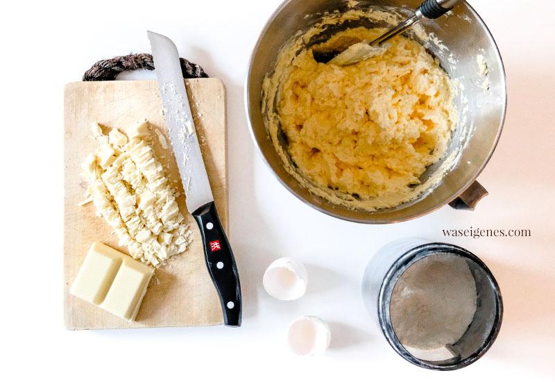 Backanleitung & Rezept für einen feinen Blechkuchen, belegt mit Rhabarber, weißer Schokolade und Mandelstifte, waseigenes.com #we #waseigenes #blechkuchen #waseigenesrezept #rhabarberkuchen