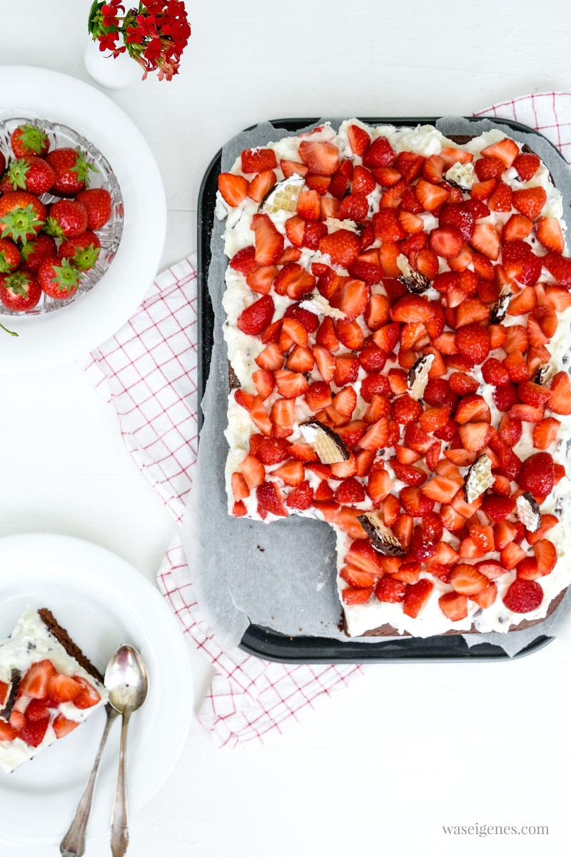 Rezept: Erdbeer-Schoko-Kuchen mit Schokokuss-Sahne | Fruchtig süßer Frühlingskuchen | waseigenes.com #waseigenes #erdbeerschokokuchen