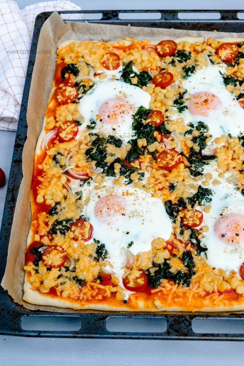 Rezept: Fix vom Blech - Spinat-Pizza mit Spiegelei, Mais, Tomaten und Cheddar, waseigenes.com #we #waseigenes #spinatpizza