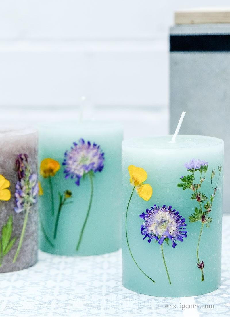 Statt mit dem Wachs eines Teelichtes, kann man Kerzen auch mit einem Fön erwärmen und dann mit getrockneten Blumen verzieren | waseigenes.com