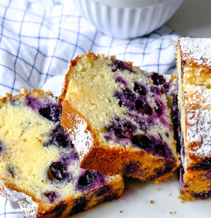 Ein schneller Kastenkuchen mit Blaubeeren und griechischem Joghurt | waseigenes.com #waseigenes #rezept #blaubeerkuchen