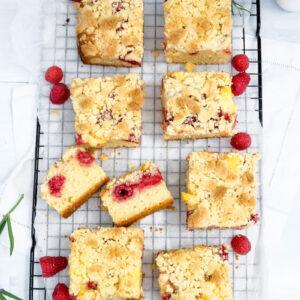 Saftig, fluffig, knusprig: Himbeer-Streuselkuchen mit Vanillepudding   waseigenes.com