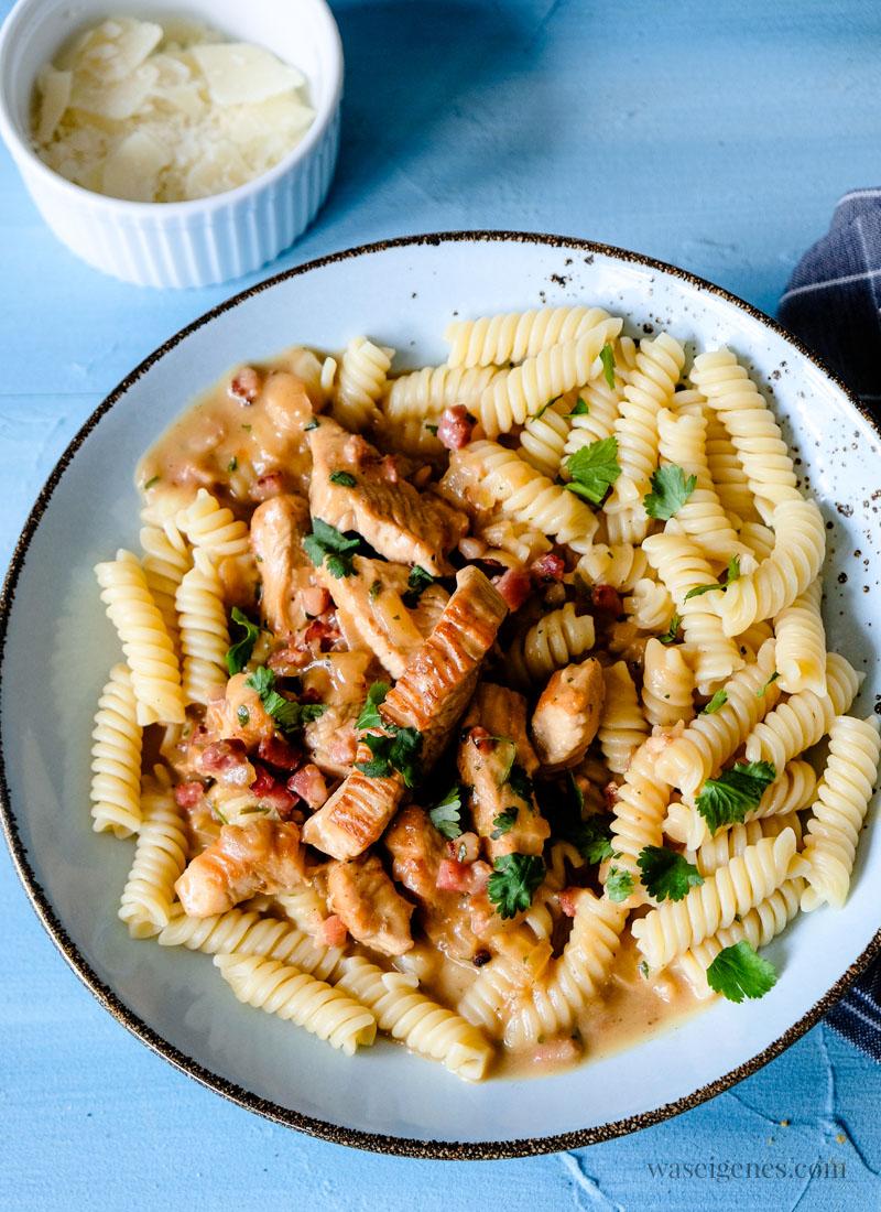 Was koche ich heute? Rezept für ein schnelles und schmackhaftes Mittagessen: Putengeschnetzeltes mit Speckwürfelchen und Nudeln | waseigenes.com