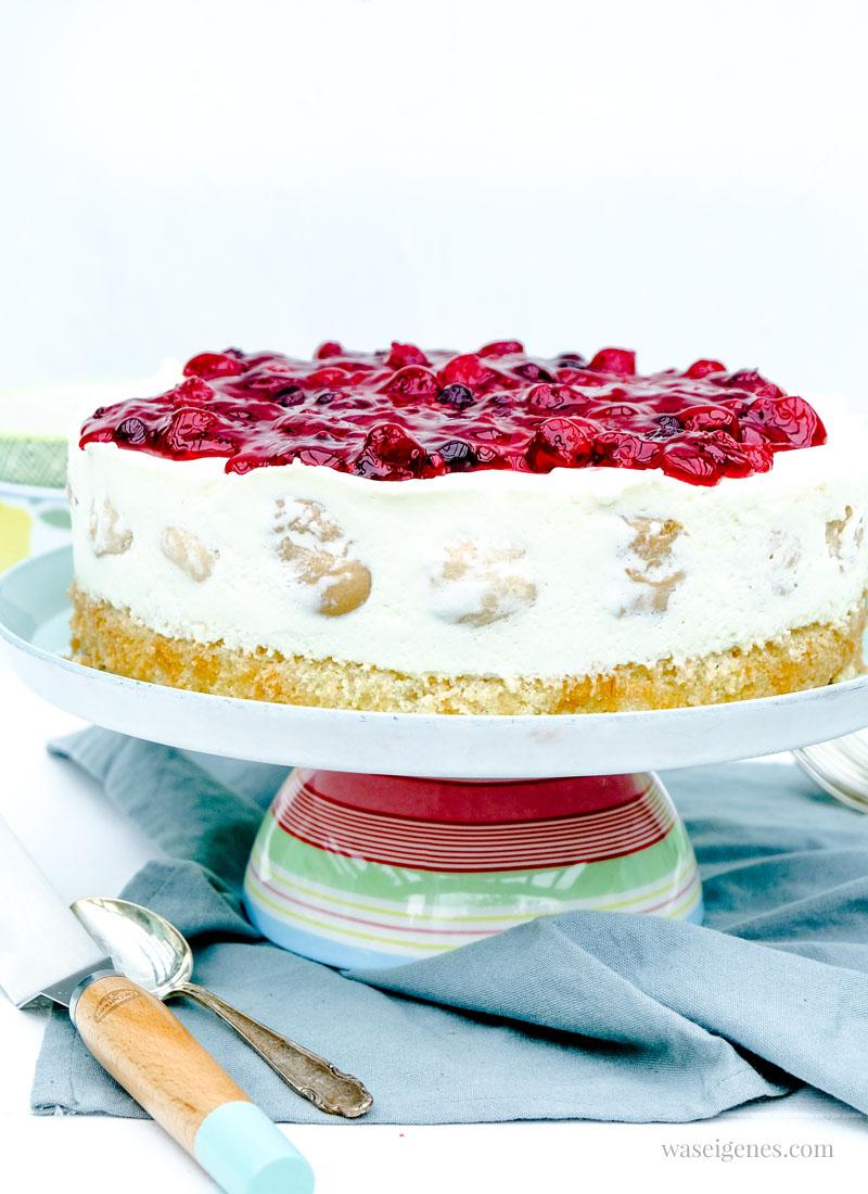 Rezept: Windbeuteltorte - fruchtige Sahne-Joghurt-Torte mit mini Windbeutel und Roter Grütze | waseigenes.com #waseigenes #windbeuteltorte