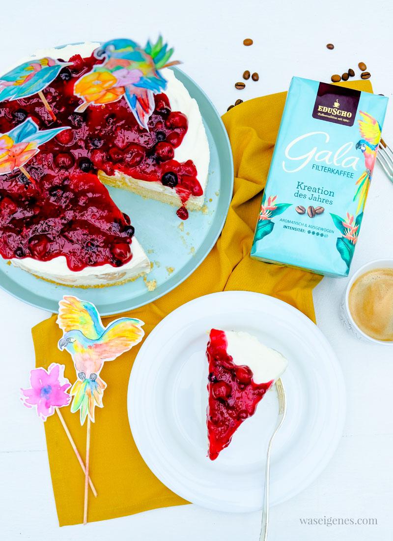 Rezept: Windbeuteltorte - fruchtige Sahne-Joghurt-Torte mit mini Windbeutel und Roter Grütze & Kreation des Jahres - Gala von Eduscho | waseigenes.com #waseigenes #windbeuteltorte