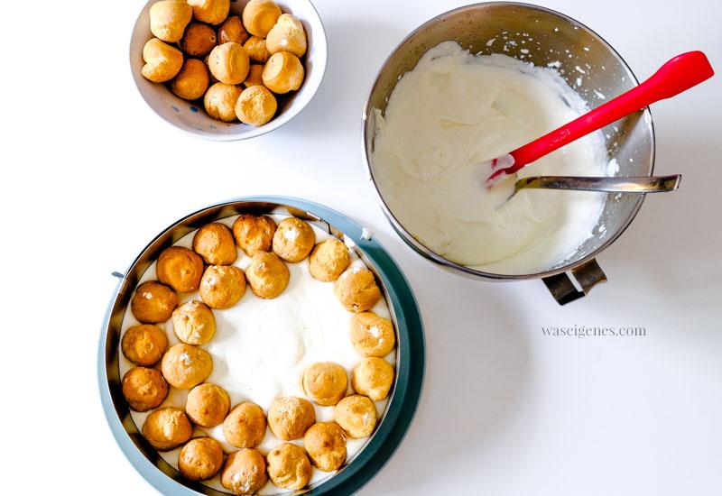 Rezept & Anleitung zum Backen einer Windbeuteltorte - auf den Boden kommt die Sahne-Joghurt-Creme und dann die mini Windbeutel | Dafür benötigt man einen Tortenring | waseigenes.com
