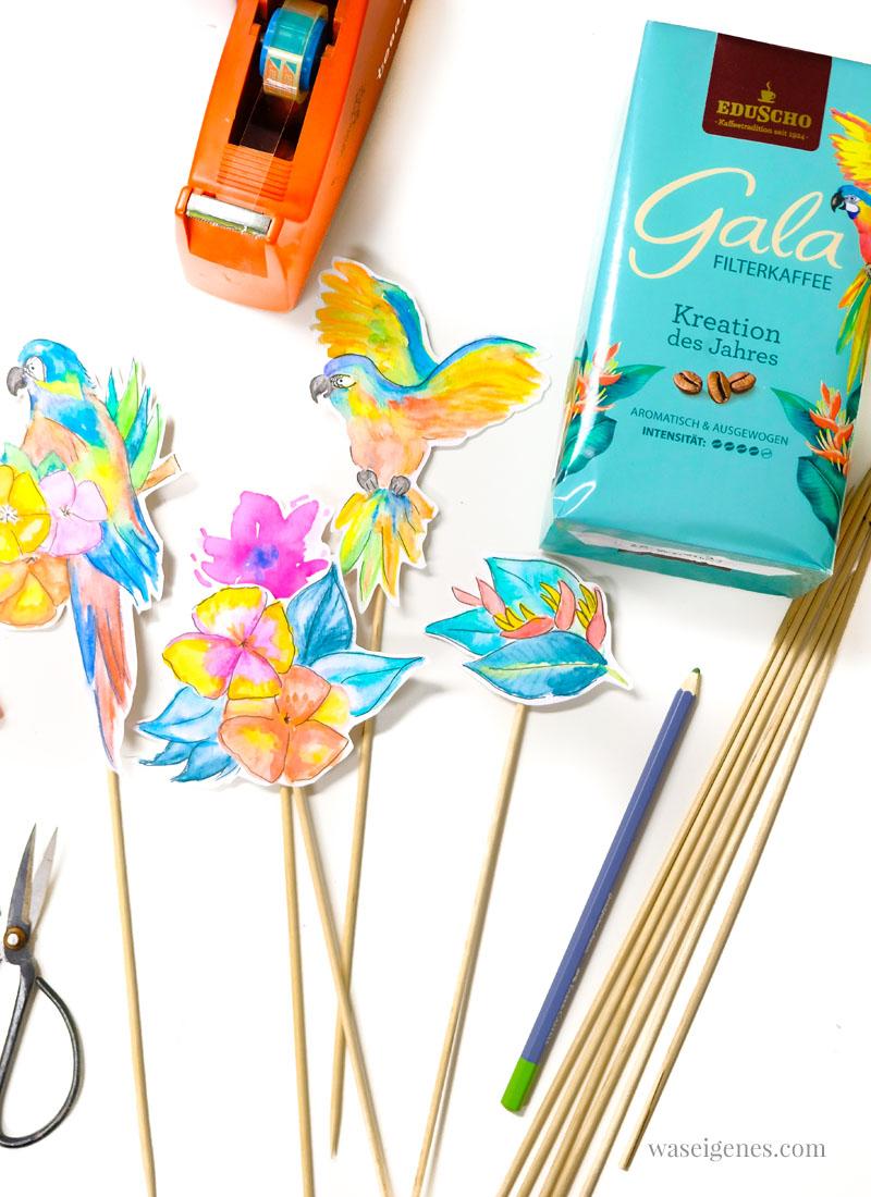 DIY Cake Topper: Aquarellierte Papageien und tropische Blumen, die ausgeschnitten auf Schaschlikstäbchen geklebt werden. | waseigenes.com #caketopper