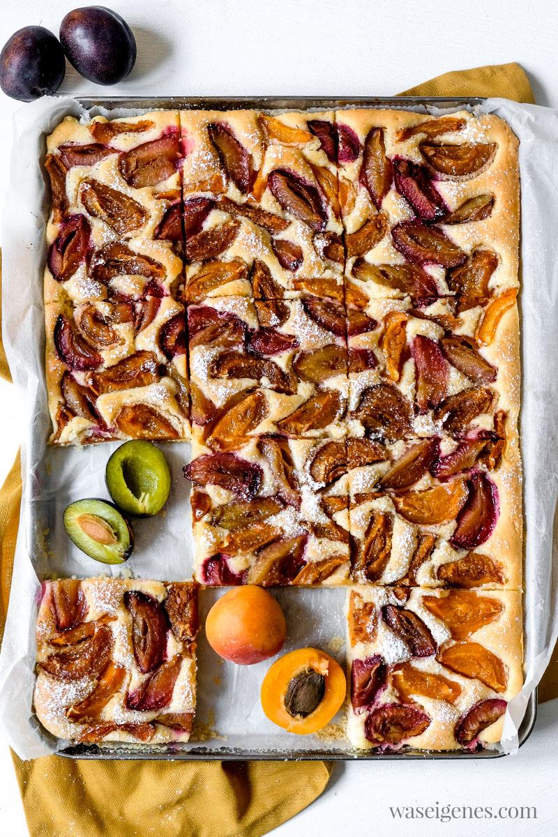 Was backe ich heute? Schnelles und einfach Rezept für einen Blechkuchen mit Zwetschgen (Pflaumen) und Aprikosen | waseigenes.com