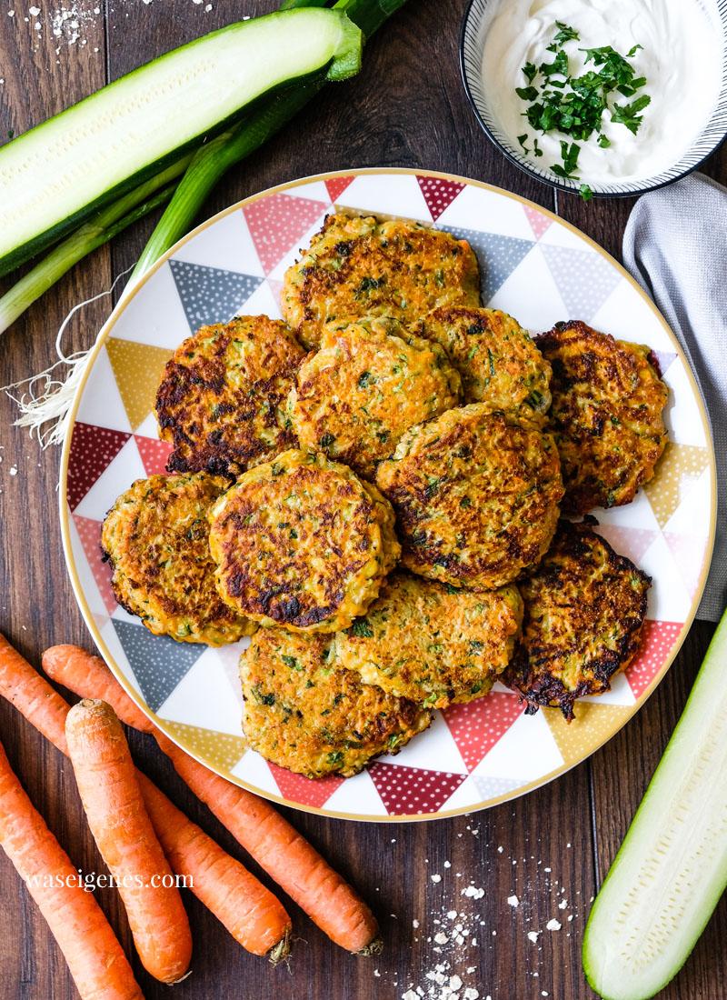 Rezept für saftige Gemüsepuffer mit Quark-Schmand-Dip | waseigenes.com | Was koche ich heute? Rezepte für die Familie, Rezepte für jeden Tag, vegetarisch