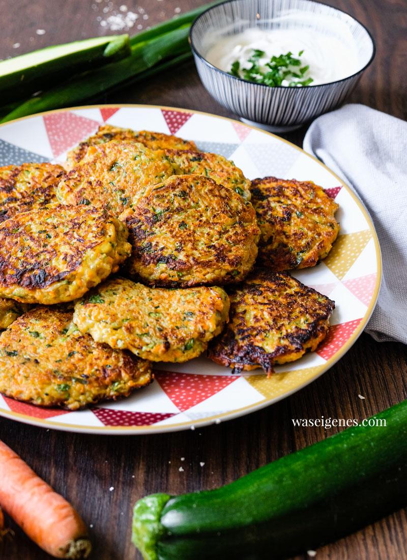 Rezept für saftige Gemüsepuffer mit Quark-Schmand-Dip | waseigenes.com | Was koche ich heute? Rezepte für die Familie, Rezepte für jeden Tag
