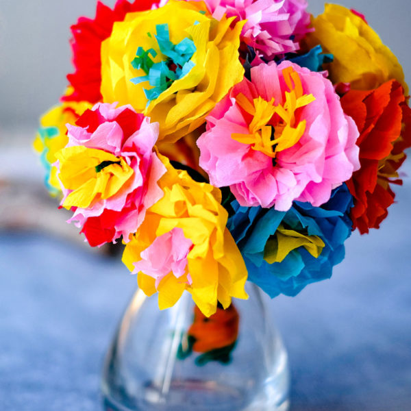 DIY: Papierblumen aus Krepppapier und Pfeifenreiniger basteln | waseigenes.com