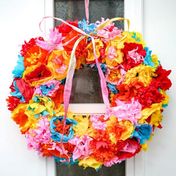 Frühling an der Haustüre: Ein knallbunter Papierblumen Kranz | DIY, Dekoideen Frühling, Türkränze Ostern, Türkranz Frühling | waseigenes.com