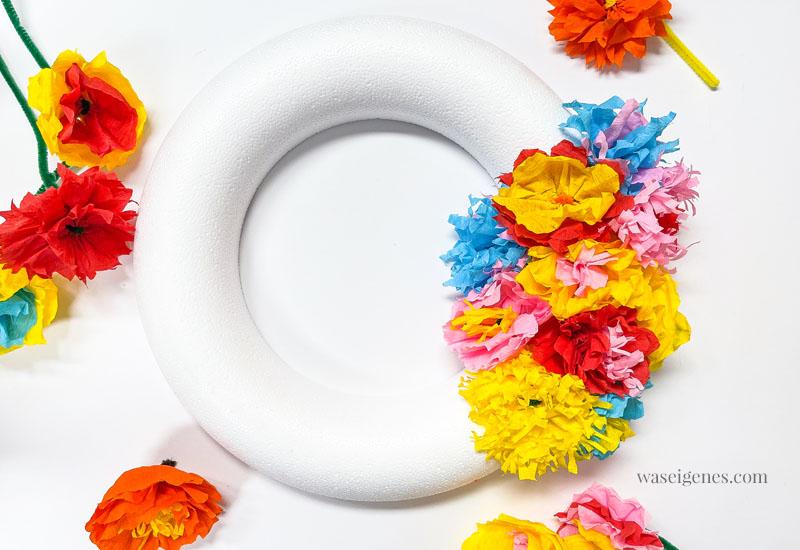 DIY Türkranz - gebastelt mit bunten Papierblumen aus Krepppapier | waseigenes.com