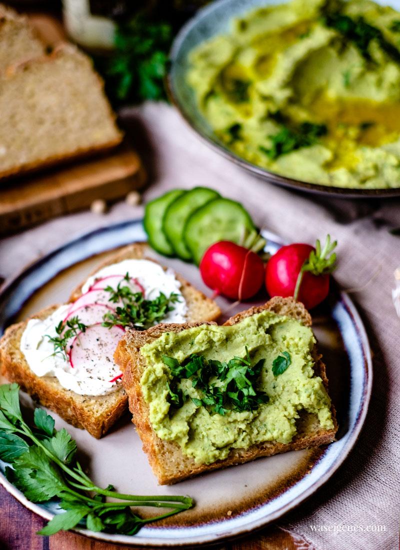 Rezept: Körnererbsen Brot mit Erbsen Hummus, Frischkäse, Radieschen und frische Petersilie | waseigenes.com