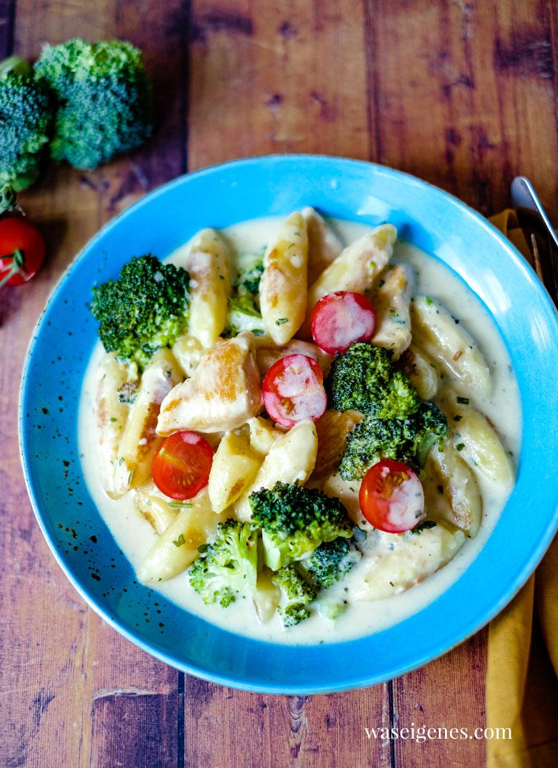 Schnell auf dem Tisch - Rezept Schupfnudelpfanne mit Hänchenbrust, Brokkoli und einer Handvoll Tomaten | waseigenes.com