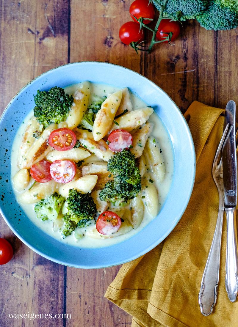 Schnell und einfach: Rezept für eine cremige Schupfnudelpfanne mit Hänchenbrust, Brokkoli und Kirschtomaten | waseigenes.com | Was koche ich heute? Rezepte für die Familie