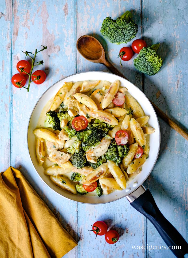 Rezept Schupfnudelpfanne mit Hänchenbrust, Brokkoli und einer Handvoll Tomaten | waseigenes.com