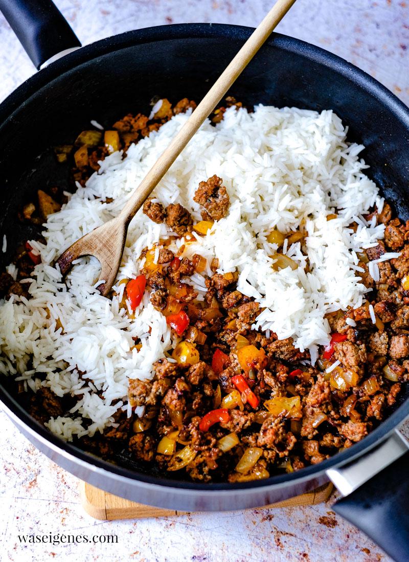 Schnell gekocht und richtig lecker: Gefüllte Paprika mit würziger Hack-Reis-Mischung und Tomatensoße | waseigenes.com | Was koche ich heute?