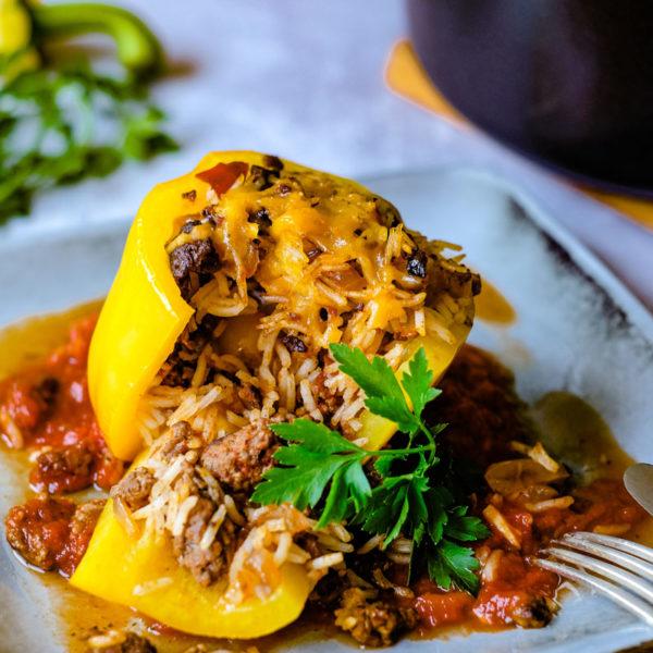 Rezept: Gefüllte Paprika mit Reis, Hack und Tomatensoße | Was koche ich heute? Ein herzhaftes, würziges Mittagessen von waseigenes.com