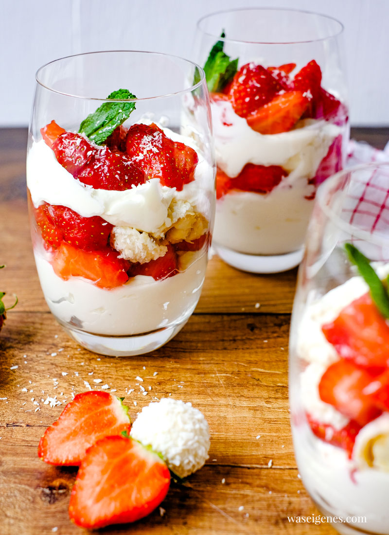 Rezept: Erdbeer-Kokos-Dessert mit Mascarpone-Creme, Kokos-Mandel-Bällchen {Raffaello}, frischen Erdbeeren und Minze   waseigenes.com