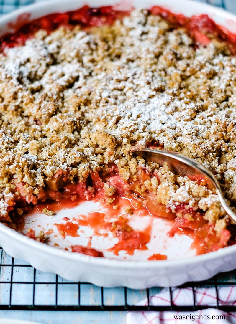 Rezept: Erdbeer-Rhabarber-Crumble - ein süß-saures Frühlingsdessert mit Haferflocken-Streusel und Vanilleeis | waseigenes.com
