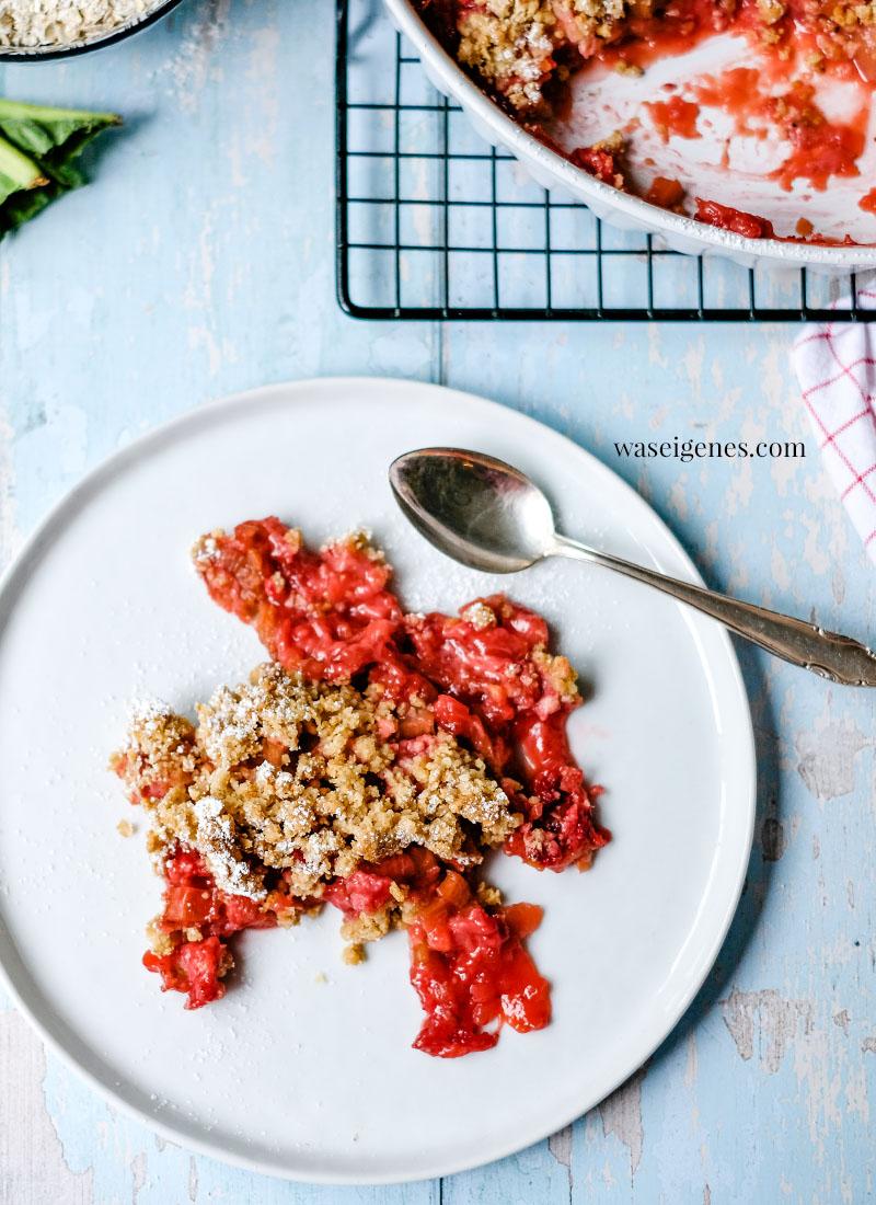 Rezept: Erdbeer-Rhabarber-Crumble - ein süß-saures Frühlingsdessert mit Haferflocken-Streusel | waseigenes.com