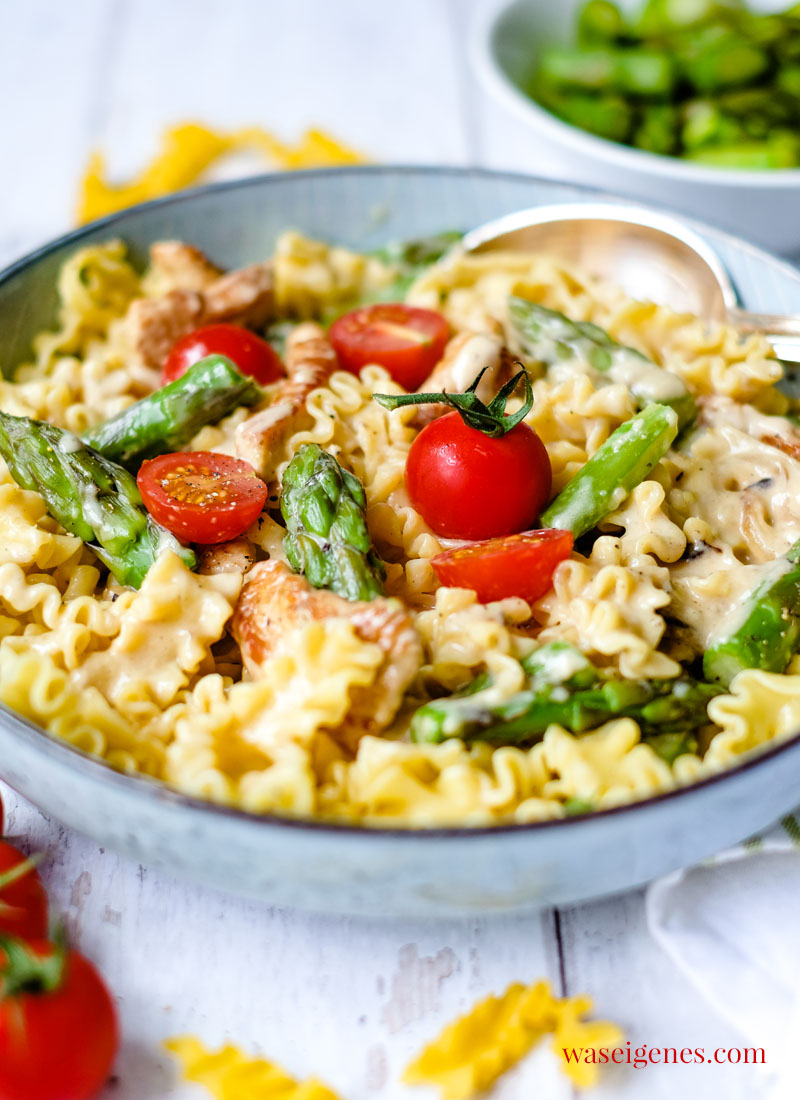 So kochst Du schnell und einfach ein leckeres Mittagessen: Hähnchengeschnetzeltes mit Spargel und Tomaten | waseigenes.com | Rezepte für die Familie - schnell und einfach!