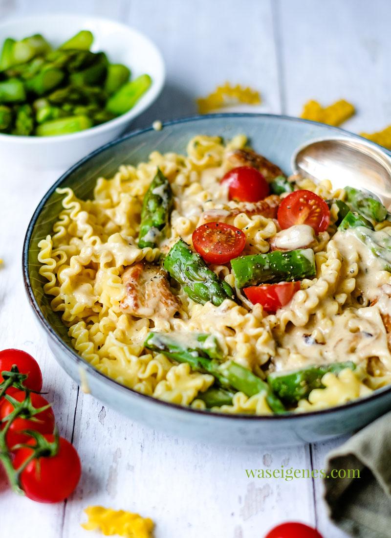 Rezept: Hähnchengeschnetzeltes mit grünem Spargel und Kirschtomaten in einer cremigen Soße. Dazu gibt's Nudeln | waseigenes.com | Was koche ich heute? Schnelle und einfache Küche
