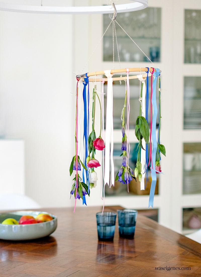 DIY Blumen Mobile - gebastelt aus einem Stickrahmen, bunten Bändern und frischen Blumen | waseigenes.com