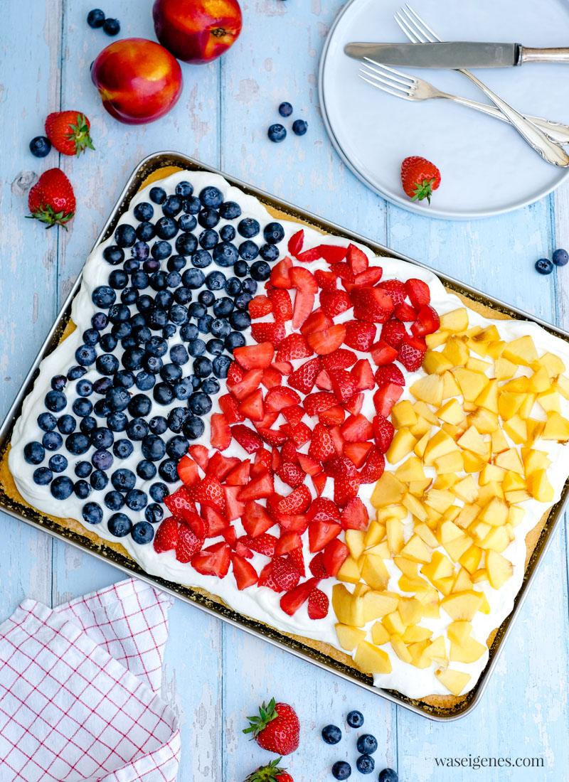 Rezept: Fanta-Blechkuchen mit Blaubeeren, Erdbeeren und Nektarinen | Deutschland Kuchen zur EM oder WM - schneller Obstkuchen, saftig, locker, cremig und fruchtig | waseigenes.com