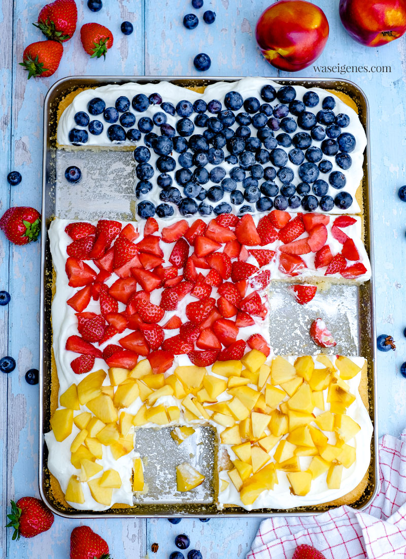 Rezept: Fanta-Blechkuchen mit Blaubeeren, Erdbeeren und Nektarinen | Deutschland-Kuchen zur EM oder WM - schneller Obstkuchen, saftig, locker, cremig und fruchtig | waseigenes.com