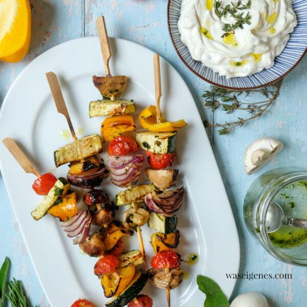 Auf dem Grill: Bunte Gemüsespieße mit Honig-Zitronen-Kräuter-Marinade. Dazu schmeckt: Knoblauch Dip | Grillrezept | waseigenes.com