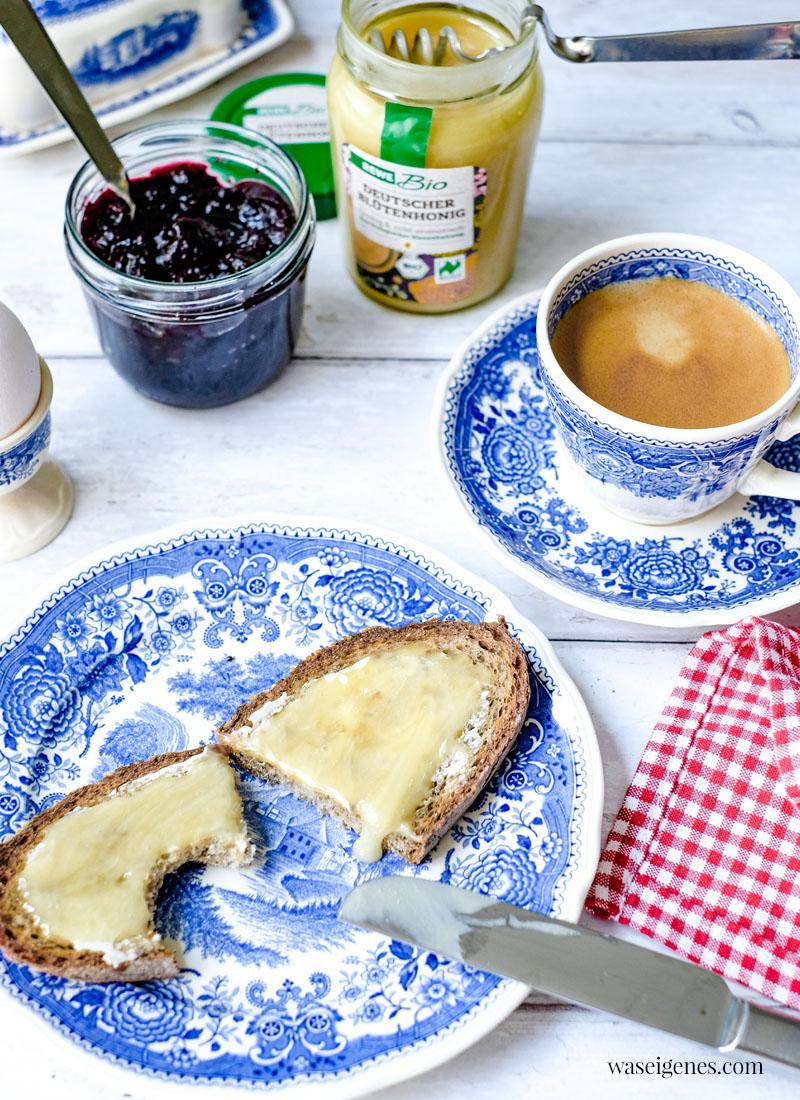 Kaffee, eine Scheibe Brot mit Bio Honig, Marmelade und ein Ei - das perfekte Frühstück | waseigenes.com