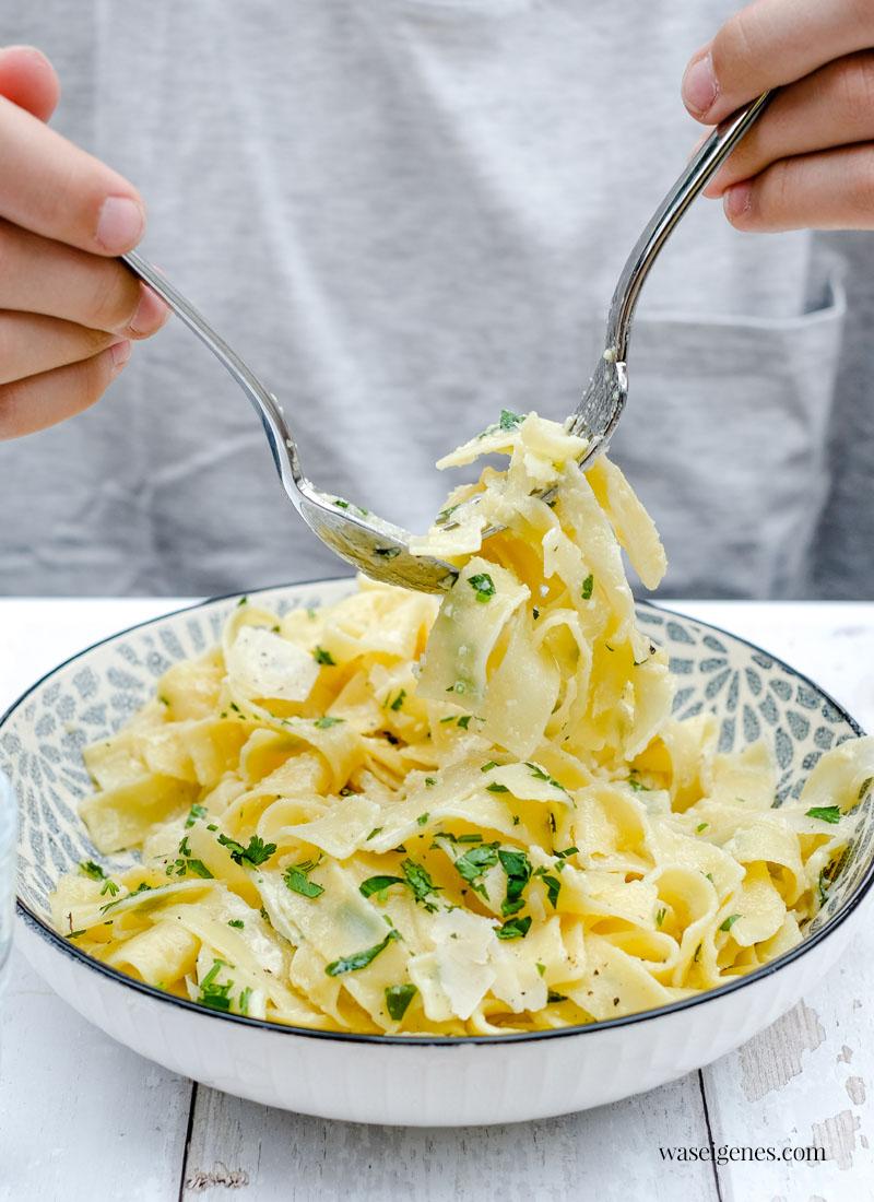 Rezept: Pasta Alfredo - ein Klassiker aus der amerikanischen Küche. Schnelles und einfaches Rezept mit Nudeln und einer cremigen Parmesan-Sahnesoße   waseigenes.com