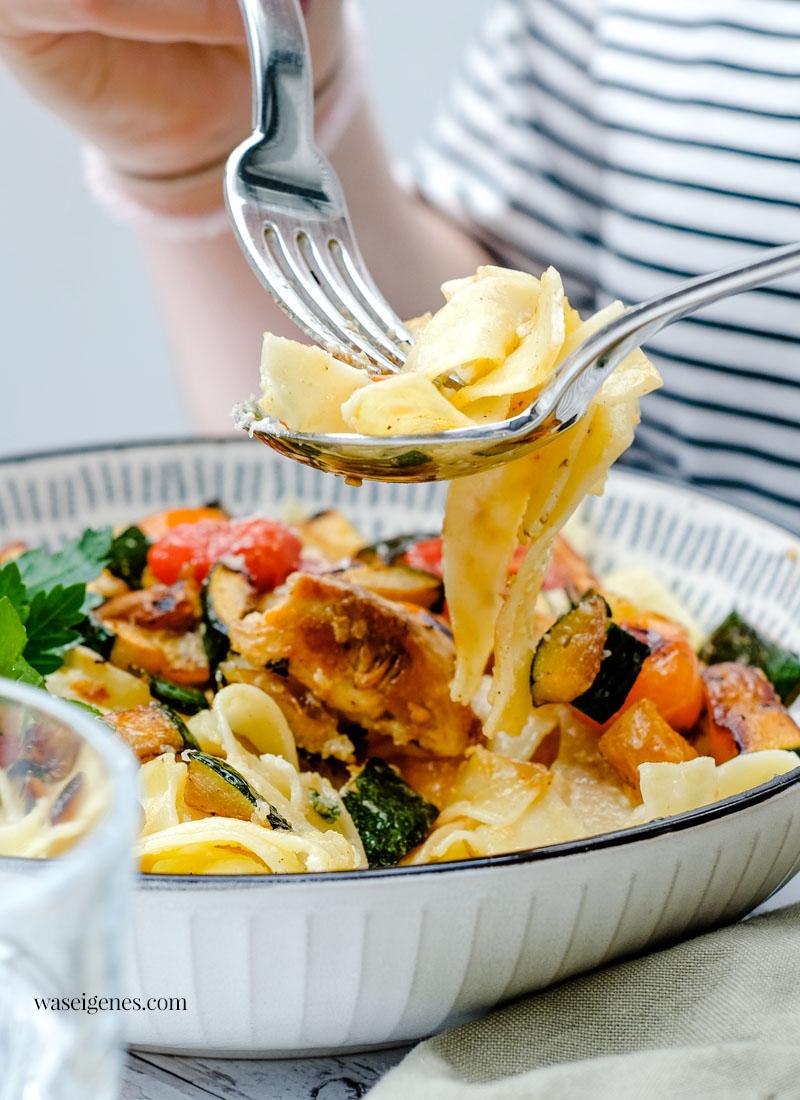 Rezept: Bandnudeln mit Parmesan-Sahnsoße, Hähnchenbrust, Zucchini und Kirschtomaten   waseigenes.com   Was koche ich heute? Schnelle und einfache Rezepte für jeden Tag