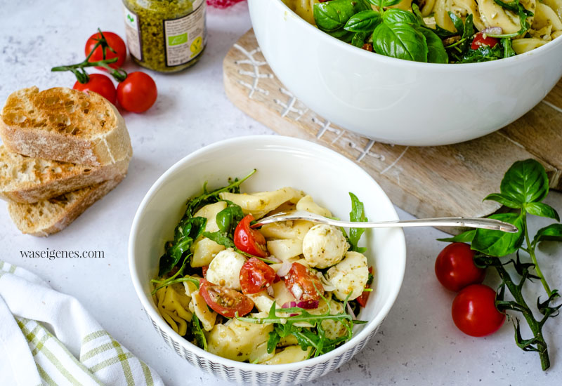Rezept: Italienischer Tortellinisalat mit Tomaten, Mozzarella, roten Zwiebeln, Rucola & Pesto | Sommersalat | Was koche ich heute? | waseigenes.com - schnelle und einfache Rezepte für jeden Tag