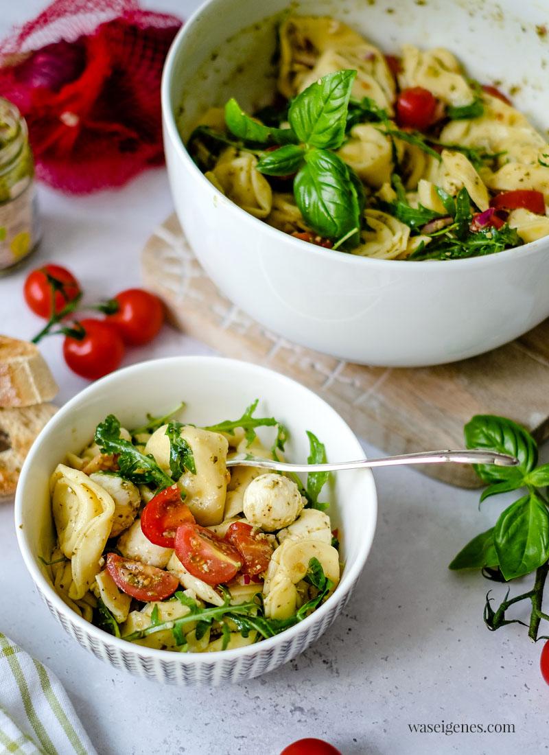 Rezept:  Tortellinisalat mit Tomaten, Mozzarella, roten Zwiebeln, Rucola & Pesto | Sommersalat | Was koche ich heute? | waseigenes.com - schnelle und einfache Rezepte für jeden Tag