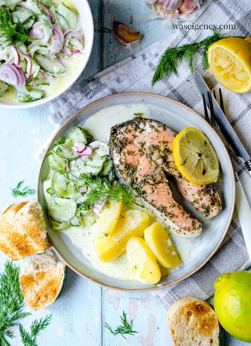 Rezept: Gegrillter Lachs {in Alufolie} mit Gurkensalat & Kartoffeln   Zitronen-Kräuter-Marinade   waseigenes.com   Bine Güllich   Was koche ich heute?