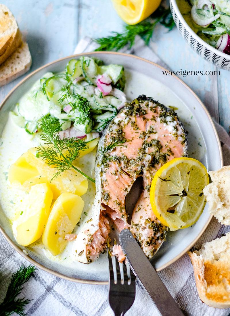 Rezept: Gegrillter Lachs {in Alufolie} mit Gurkensalat & Kartoffeln | Zitronen-Kräuter-Marinade | waseigenes.com | Bine Güllich | Was koche ich heute?