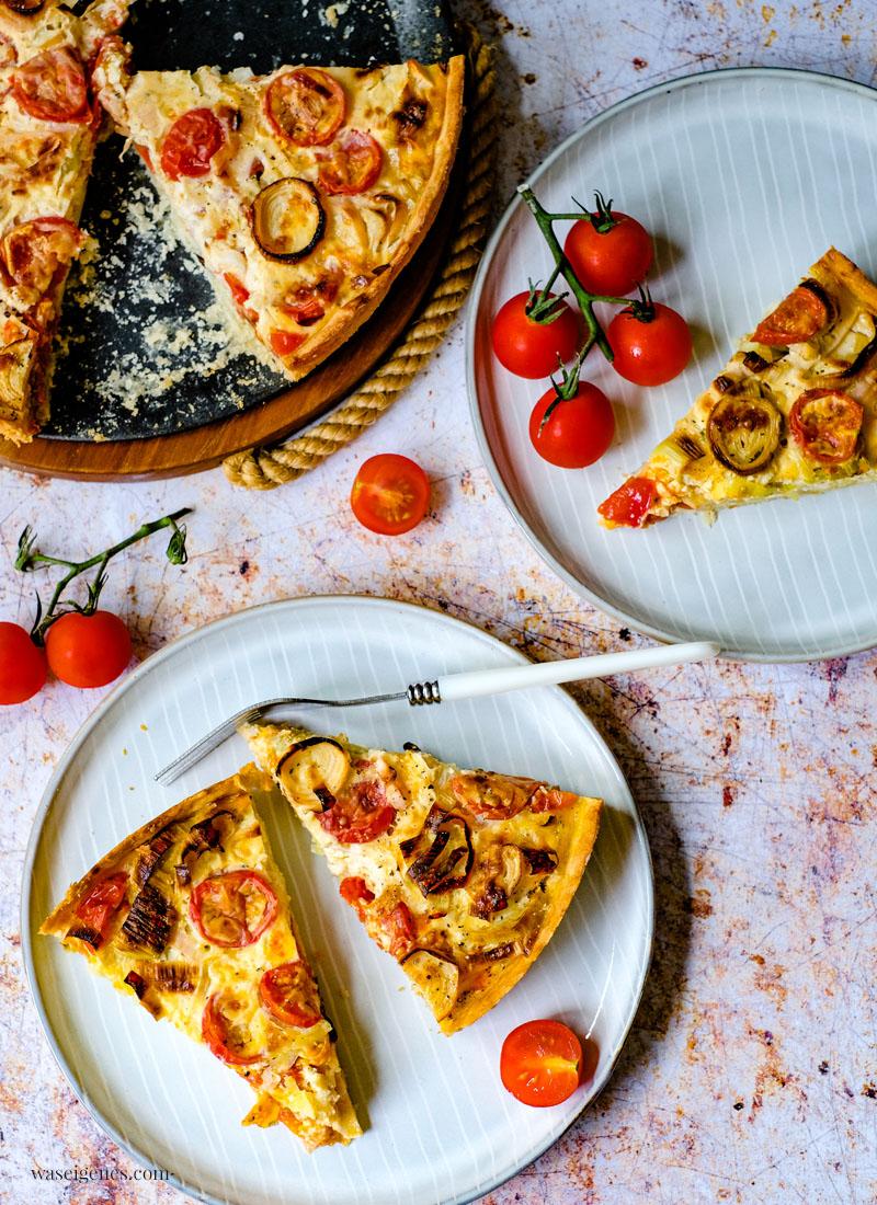 Rezept: Tomaten-Porree-Quiche | Herzhafter, vegetarischer Kuchen. Schmeckt heiß aus dem Ofen oder lauwarm am nächsten Tag | waseigenes.com | Bine Güllich
