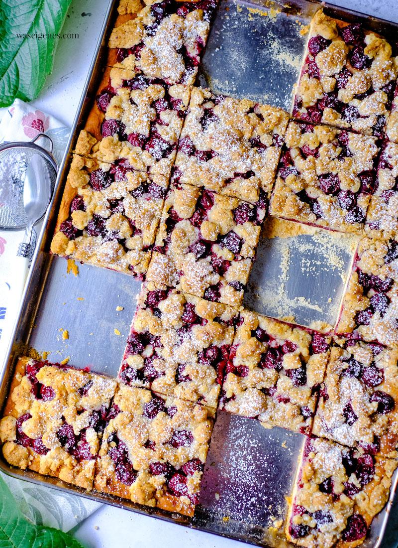 Rezept: Kirsch-Streuselkuchen vom Blech | Hefeteig, Schattenmorellen und Haselnuss-Streusel | Kuchenrezept | waseigenes.com | Was backe ich heute?