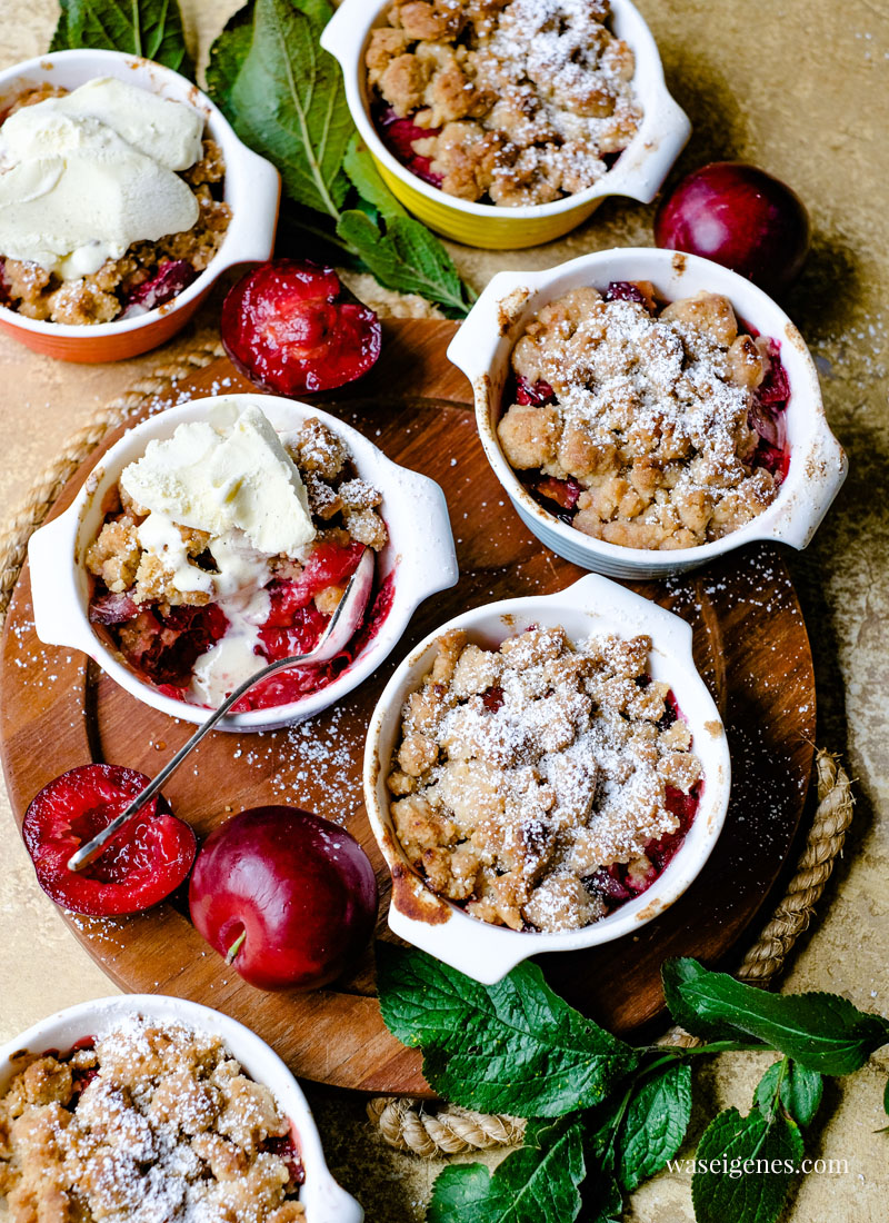Rezept: Pflaumen Crumble mit Mandel-Zimt-Streuseln, Puderzucker und Vanilleeis| waseigenes.com - Bine Güllich | Ein köstliches und einfaches Dessert im Spätsommer | Was backe ich heute? Rezepte für die Familie